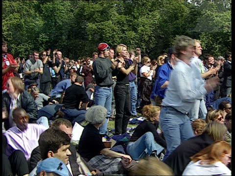 vídeos y material grabado en eventos de stock de funeral of princess diana: 19.00 - 20.03; bv crowds in hyde park listening to earl spencer's tribute crowds applauding earl spencer hyde park crowds... - var