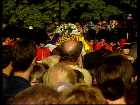 vidéos et rushes de funeral of princess diana 1900 2003 funeral england london gun carriage out of kensington palace and along sot ms crowds crying two women in crowd... - funérailles