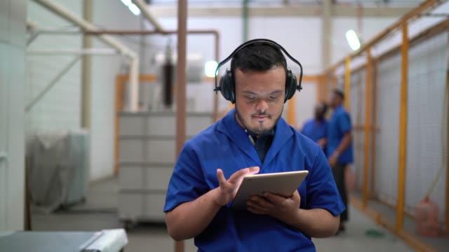 dipendente con esigenze speciali che utilizza un tablet digitale nell'industria - persone con disabilità video stock e b–roll