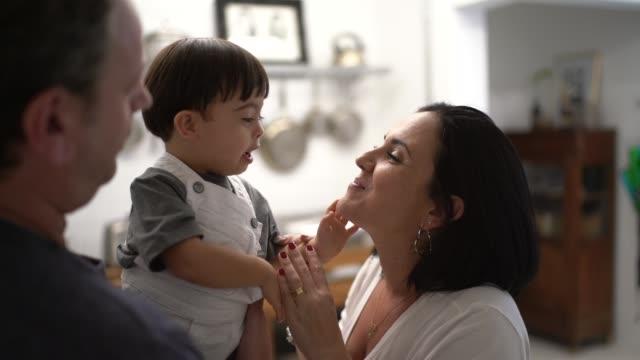 vídeos de stock, filmes e b-roll de o amor da família com o filho da síndrome de down em casa - etnia caucasiana