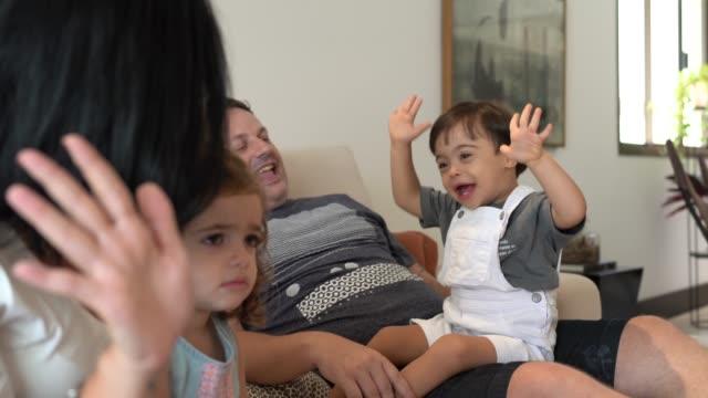familie mit daun-syndrom sohn singt auf dem sofa - personen mit behinderung stock-videos und b-roll-filmmaterial