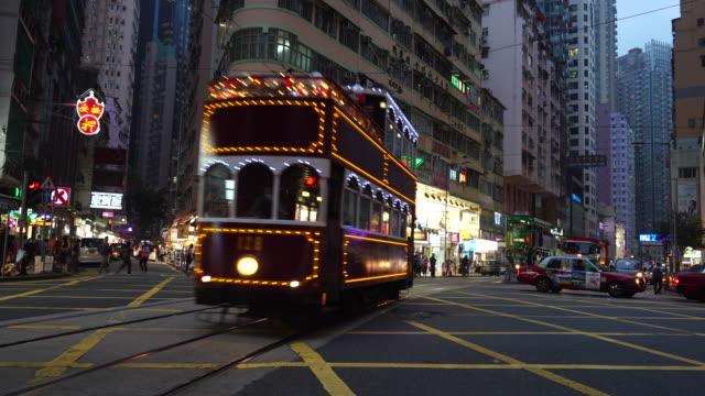 vídeos de stock, filmes e b-roll de bonde especial antigo hong kong wan chai à noite - wan chai