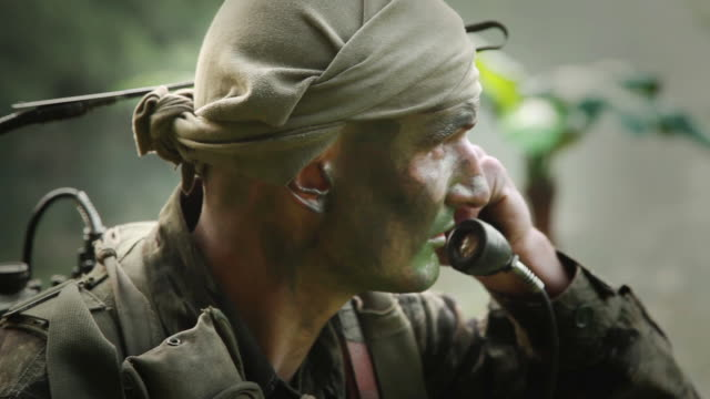 cu u.s. special operation forces radioman calling for helicopter support in vietnam wart / jungle, hue, vietnam - guerra del vietnam video stock e b–roll