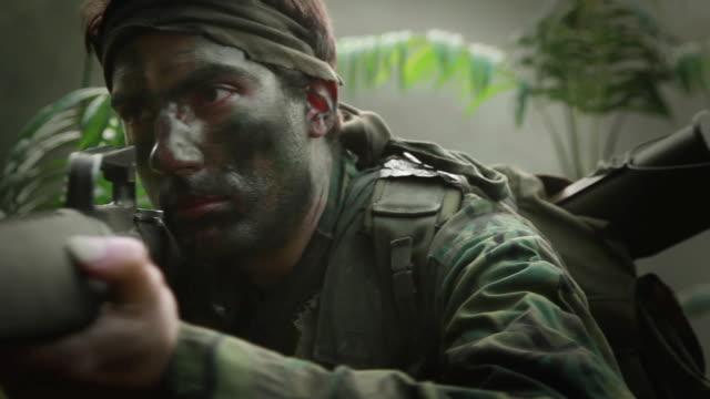 cu u.s. special operation forces rifleman with m16 automatic rifle in vietnam war / jungle, hue, vietnam - guerra del vietnam video stock e b–roll