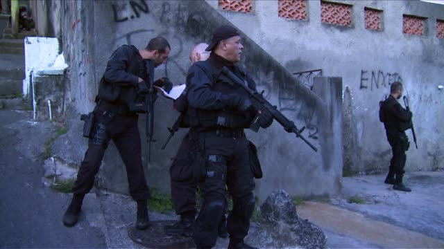 special operations force of the rio de janeiro police, brazil's equivalent of a swat team searches the complexo do alemão favela in rio de janeiro's... - gun stock videos & royalty-free footage