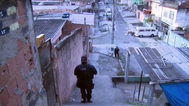 vídeos de stock e filmes b-roll de ts special operations force of the rio de janeiro police brazil's equivalent of a swat team searches the complexo do alemão favela in rio de... - favela