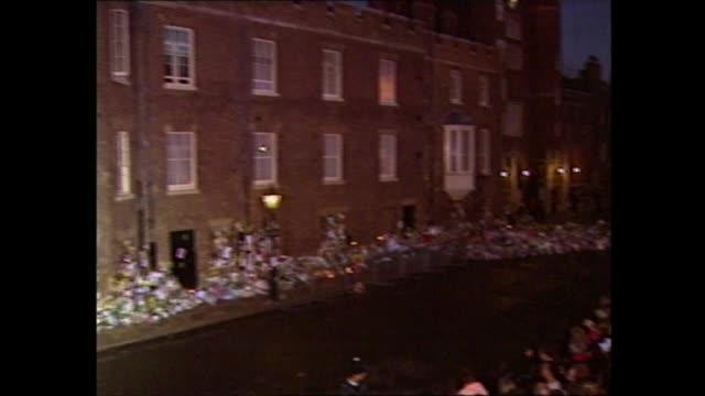 princess diana's coffin moved: 20.00 - 20.40:; england: london: itn: studio - dermot murnaghan - ダーモット・マーナハン点の映像素材/bロール