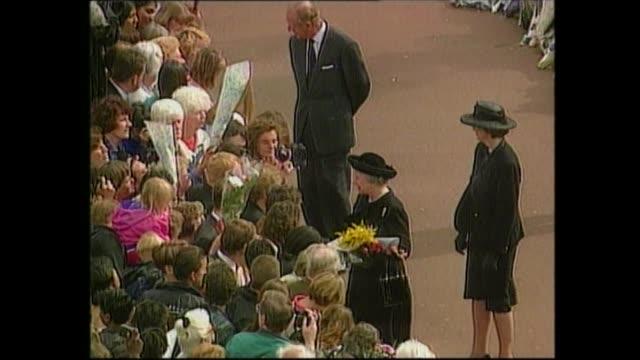 princess diana's coffin moved: 20.40 - 21.00:; england: london: gir: int studio - dermot murnaghan i)special itn england: london: f'back queen's limo... - ダーモット・マーナハン点の映像素材/bロール