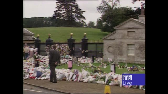 princess diana's funeral: royals arrive in london: 14.17 - 15.25:; live 15.05 approx england: northants: althorp house: flowers outside walls of... - ダーモット・マーナハン点の映像素材/bロール