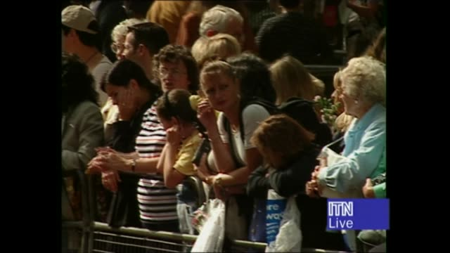 princess diana's funeral: royals arrive in london: 14.17 - 15.25:; 14.47 england: london: airv crowds outside palace 14.48 gv ditto crowd leaning... - ダーモット・マーナハン点の映像素材/bロール