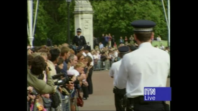 princess diana's funeral: royals arrive in london: 14.17 - 15.25:; 15.08 england: london: buckingham palace: track crowds behind barriers queen in... - ダーモット・マーナハン点の映像素材/bロール