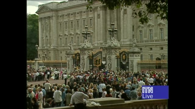 princess diana's funeral: royals arrive in london: 14.17 - 15.25:; england: london: tbv people sitting in deck chairs next barrier people chatting... - ダーモット・マーナハン点の映像素材/bロール