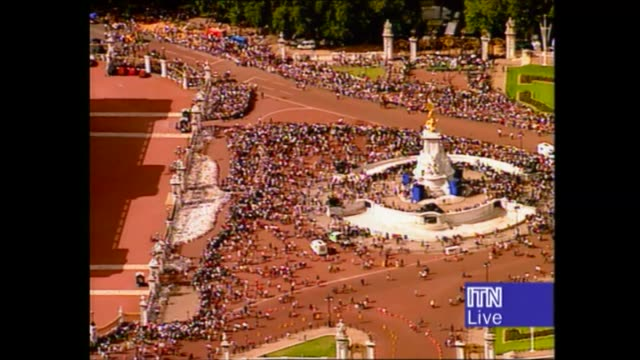 princess diana's funeral: royals arrive in london: 14.17 - 15.25:; 14.53 england: london: st james palace: crowds on pavement buckingham palace: airv... - ダーモット・マーナハン点の映像素材/bロール