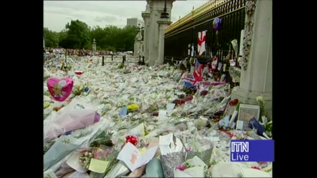 vídeos y material grabado en eventos de stock de princess diana's funeral: royals arrive in london: 14.17 - 15.25:; 15.19 england: london: tcms queen of hearts card on bouquet 15.20 buckingham... - monumento