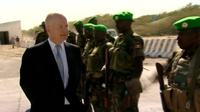 special report on alshabaab 222012 william hague mp inspecting somali troops / somali soldiers - アフリカの角点の映像素材/bロール