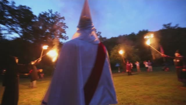 vídeos de stock, filmes e b-roll de maryland rosedale various shots of members of the confederate white knights pledging allegiance as lighting burning tapers/ various of kkk members... - ku klux klan