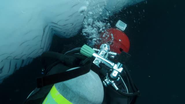 stockvideo's en b-roll-footage met specialist diver photographs iceberg - duikfles