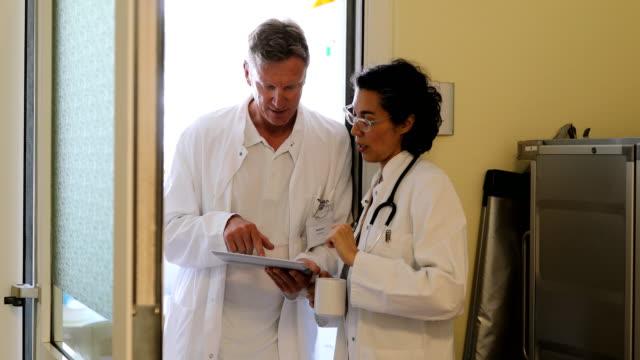 Fachleute sprechen über digital-Tablette in Klinik