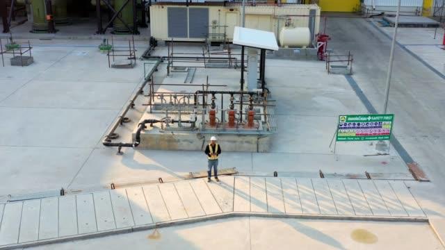 vídeos de stock, filmes e b-roll de especialistas usam drone no canteiro de obras. engenheiro arquitetônico e inspetor de engenharia de segurança fly drone em canteiro de obras de construção comercial controlando o design e a qualidade. - controle