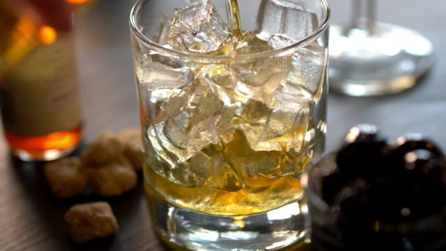 vidéos et rushes de speciality prohibition style cocktail in cut rocks glass - whisky
