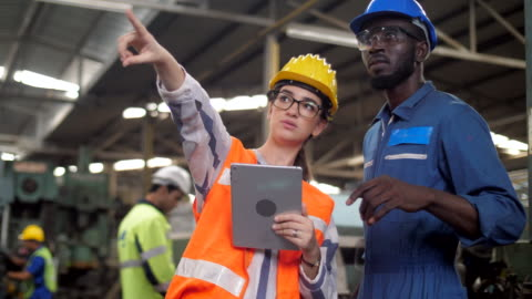 speciallist ingenjör att besöka factory - besök bildbanksvideor och videomaterial från bakom kulisserna