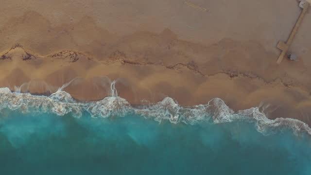 vídeos y material grabado en eventos de stock de espectacular vista aérea del mar y las olas - water's edge