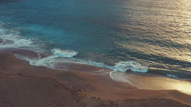 海と波の壮大な空中写真 - イビサ島点の映像素材/bロール