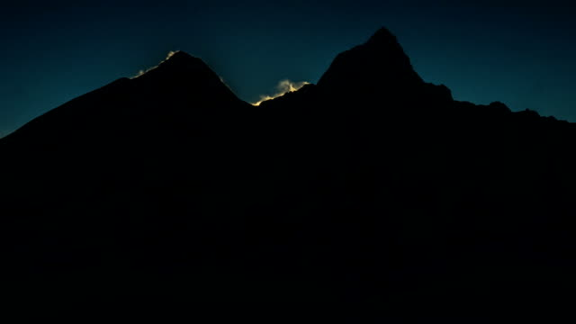 stockvideo's en b-roll-footage met spectacular mount everest sunrise - mount everest