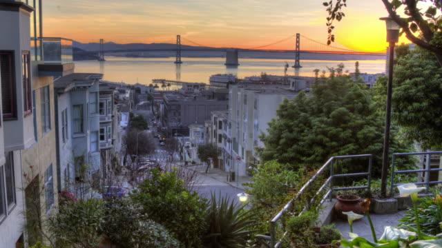 壮大なサン フランシスコ日の出 - サンフランシスコ・オークランド・ベイブリッジ点の映像素材/bロール