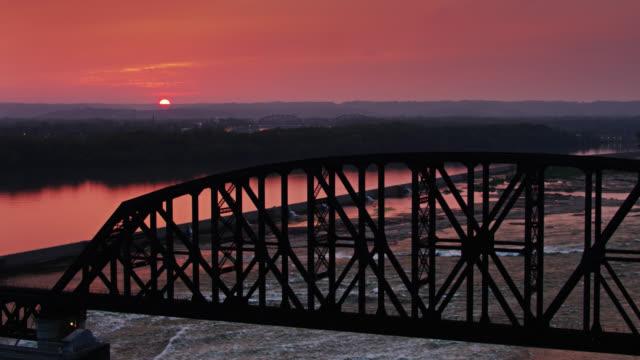 vidéos et rushes de coucher de soleil spectaculaire au-dessus des chutes de l'ohio - rivière ohio