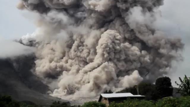 vídeos y material grabado en eventos de stock de a spectacular volcanic eruption od mount sinabung in indonesia on october 29 2014 - monte sinabung