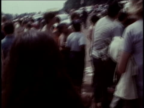 vídeos y material grabado en eventos de stock de spectators arriving at the woodstock festival make their way up a dirt road. - music or celebrities or fashion or film industry or film premiere or youth culture or novelty item or vacations