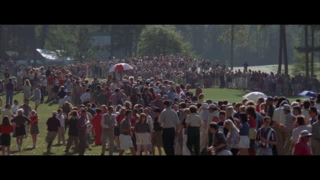 vídeos y material grabado en eventos de stock de ms, zo spectators at golf tournament - deporte de competición