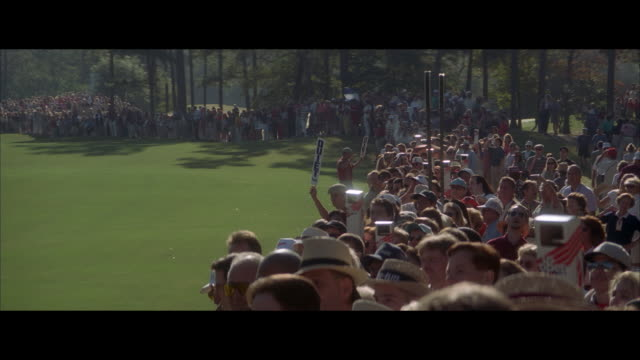 vídeos de stock, filmes e b-roll de ms spectators cheering at golf tournament - golfe
