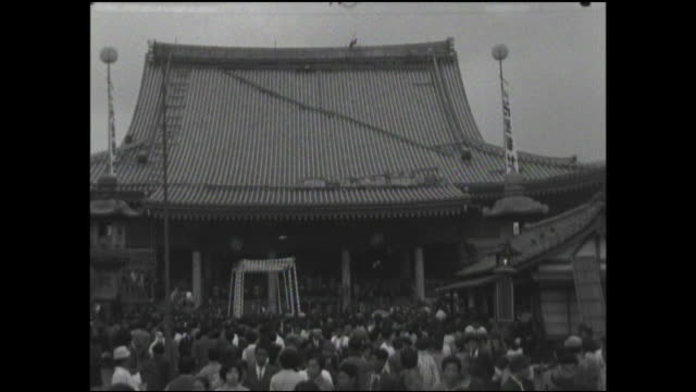 vídeos de stock, filmes e b-roll de spectators gather at the main hall of sensoji before a dedication ceremony. - templo asakusa kannon
