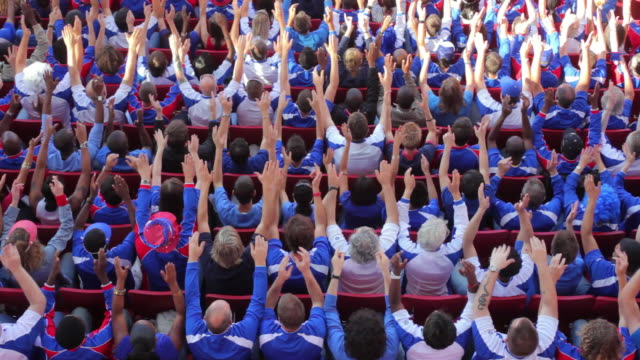 vídeos de stock, filmes e b-roll de ws ha spectators in bleachers cheering and clapping hands, london, uk - encorajamento