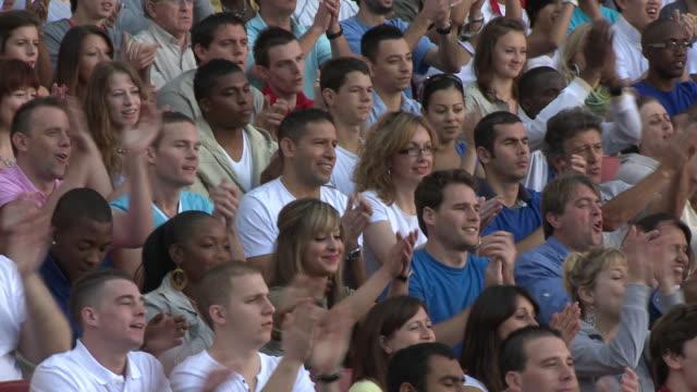 vídeos de stock e filmes b-roll de ms pan spectators in bleachers clapping hands, london, uk - braço humano