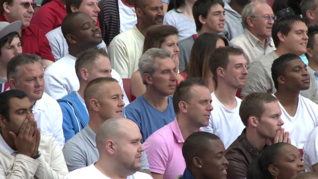 vídeos de stock, filmes e b-roll de ms pan spectators in bleachers reacting to missed shot, london, uk - com as mãos na cabeça
