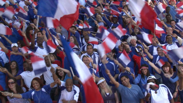vídeos y material grabado en eventos de stock de ws spectators in bleachers waving french flags, london, uk - francés