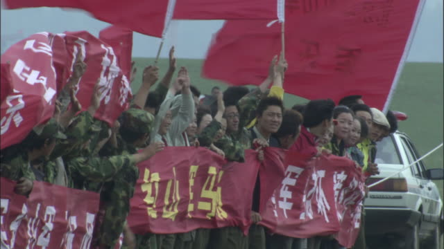 vídeos de stock, filmes e b-roll de spectators including chinese army hold banners at naadam horse festival, - festival tradicional