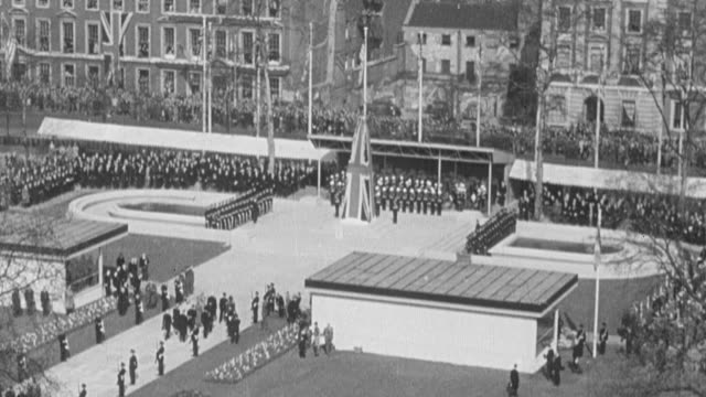 vidéos et rushes de 1949 montage spectators on the streets, building roof tops, and facility courtyard observing and attending outdoor ceremony / united kingdom - 1949