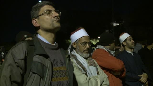 vídeos y material grabado en eventos de stock de spectators standing and listening to mubarak's speech in tahrir square / cairo, egypt - formato buzón