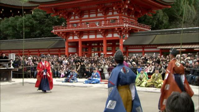 vídeos y material grabado en eventos de stock de spectators watch a game of kemari at shimogamo shrine. - barra futbol