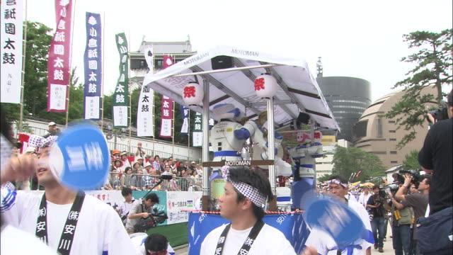 vidéos et rushes de spectators watch a parade during the kokura gion taiko festival. - patriotisme