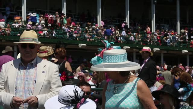 vídeos y material grabado en eventos de stock de spectators watch horse racing at churchill downs race track in louisville kentucky us ahead of the kentucky derby on may 1st 2015 shots close up... - apuestas deportivas