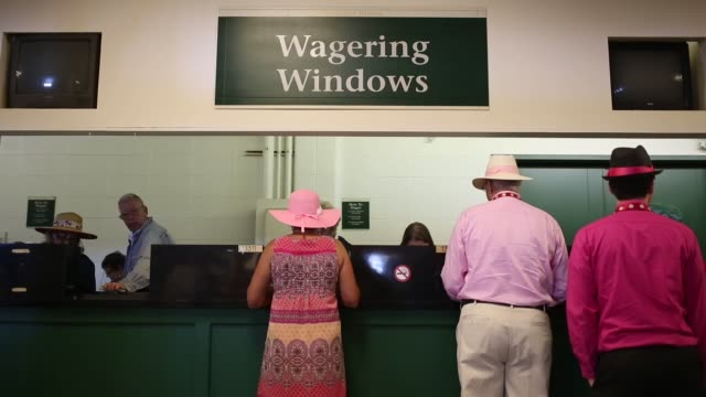 vídeos y material grabado en eventos de stock de spectators watch horse racing at churchill downs race track in louisville kentucky us ahead of the kentucky derby on may 1st 2015 shots gamblers... - apuestas deportivas