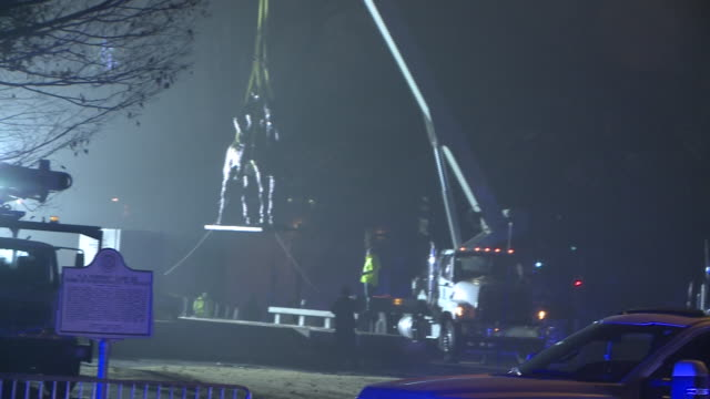 stockvideo's en b-roll-footage met wreg spectators watch removal of confederate monument for nathan bedford forrest in memphis tennessee on dec 21 2017 - monument