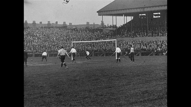 vidéos et rushes de 1901 spectators watch sheffield united take on bury at bramall lane - angleterre