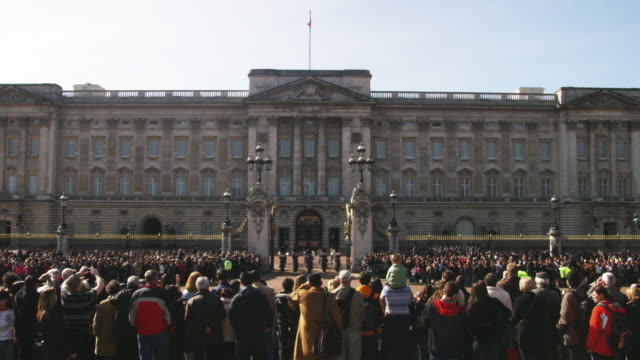 ws spectators watching changing of the guard at buckingham palace, london, united kingdom - britisches königshaus stock-videos und b-roll-filmmaterial