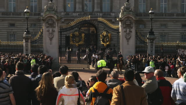 vídeos de stock, filmes e b-roll de ms spectators watching changing of the guard at buckingham palace, london, united kingdom - realeza britânica